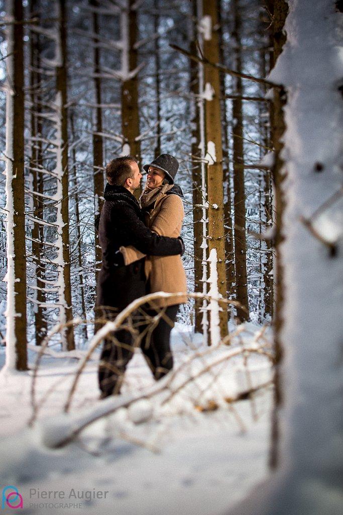 couple engagement foret geneva geneve genf haute savoie lausanne neige photographe annecy romand saint pierre en faucigny save the date savoie std